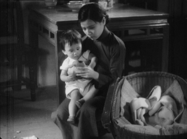 Ruan Lingyu plays the role of a mother who prostitutes herself to send her son to a good school (The Goddess, Wu Yonggang, 1934)