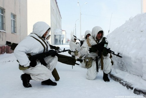 Russian infantry carries out drills in the Russian Arctic. Image © Vladimir Sverkalov via Examiner.