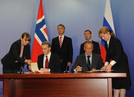 Norwegian Foreign Minister Jonas Gahr Støre and Russian foreign minister Sergey Lavrov sign the 2010 Treaty. Image © Jonas Karlsbakk via The Barents Observer.