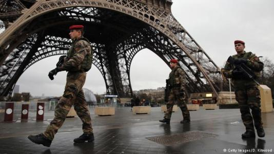 French soldiers near the Eiffel Tower. Image © Getty Images / D. Kitwood via DW.